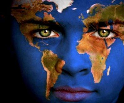 Carac pintada con los continentes, mar y tierra en el rostro, tierra por la cara