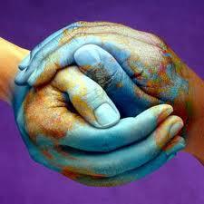 manos pintadas de tierra, el continente en la manos, el mundo en tus manos